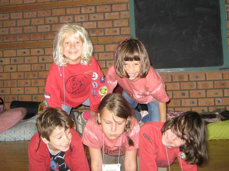 Jongens en meisjes maken pret bij de Bevers