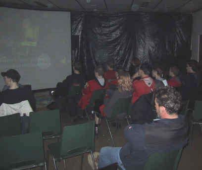 de hoofdfilms geprojecteerd op een megascherm